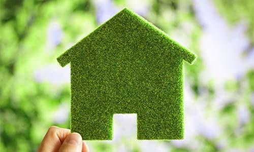 Ecologisch groen huis dat verduurzaamd is.